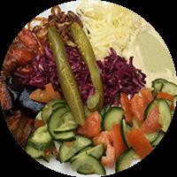 Chou rouge, chou blanc, tomates-concombres, tchoutchouka (salade de poivrons frits et tomates), houmous (purée de pois chiche), thina (crème de sésame) , oignons frits, aubergines grillées, cornichons