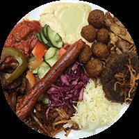 Assiette israélienne, falafels, chawarma, une kefta, une merguez