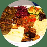 Assiette israélienne, keftas de bœuf haché épicées et grillées